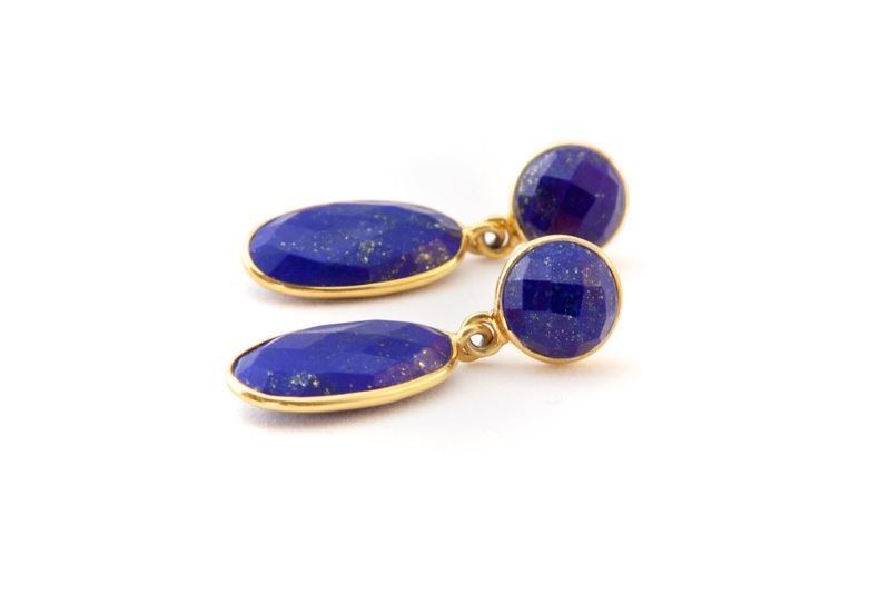 Lapis Lazuli är en makalöst vacker blå ädelsten med inslag av kopparstänk